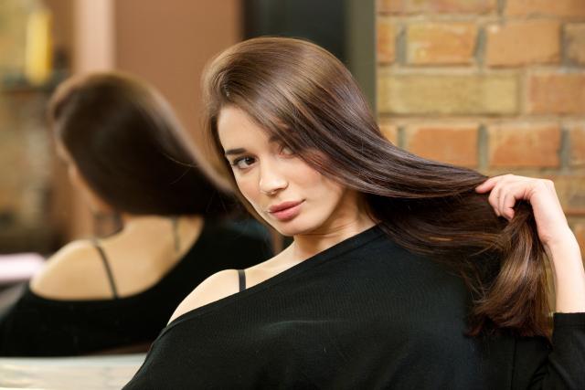 Photoshopの画像加工で髪にツヤが出た女性