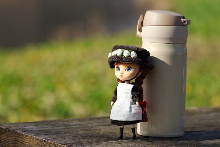 135mmで撮った人形と水筒
