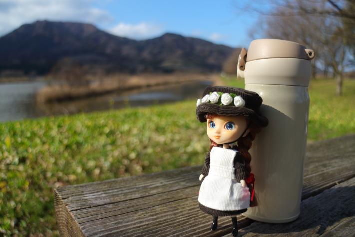 28mmで撮った人形と水筒