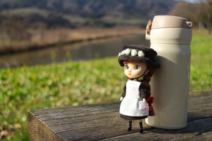 50mmで撮った人形と水筒