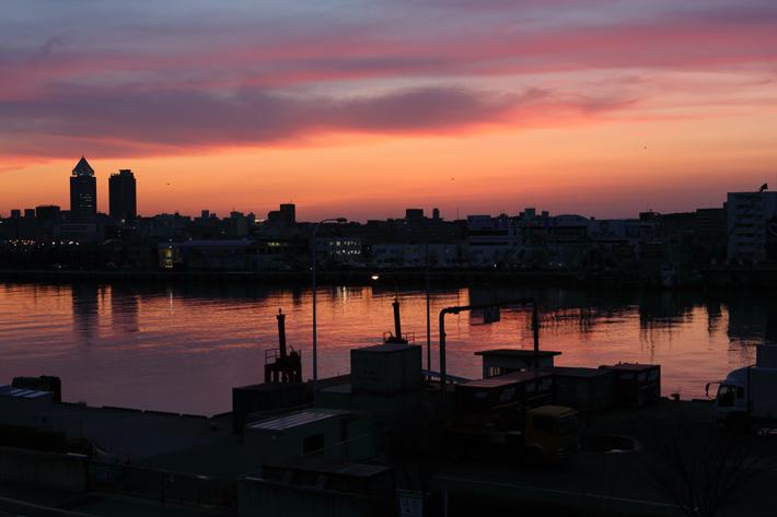 夕日に染まる川とその両岸の街並み