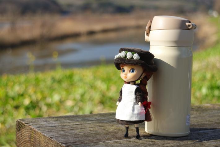 80mmで撮った人形と水筒