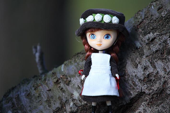 太陽光モードで撮った木陰の中の人形