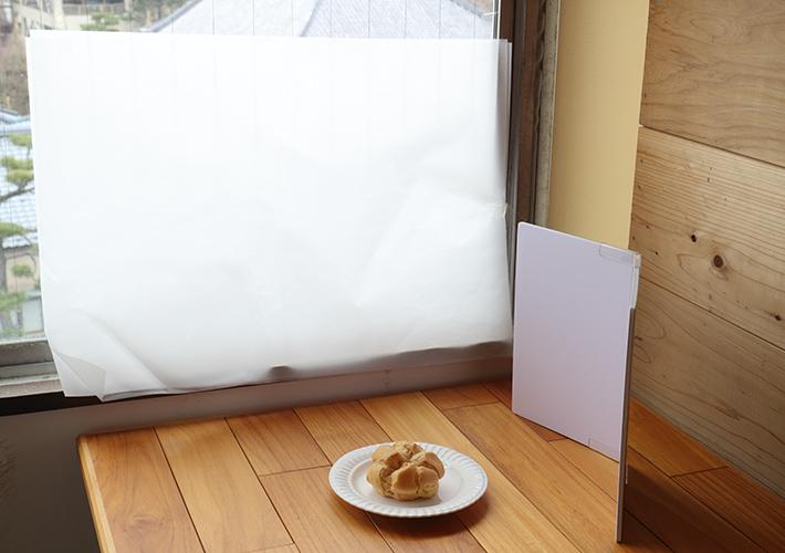 光の入る窓にトレーシングペーパーを貼って、レフ板で手前の光を起こす撮影セット