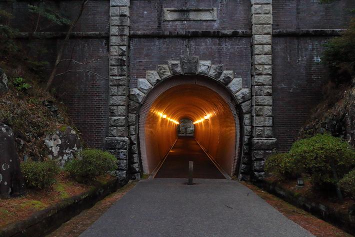 オートホワイトバランスモードで撮った、古いトンネル