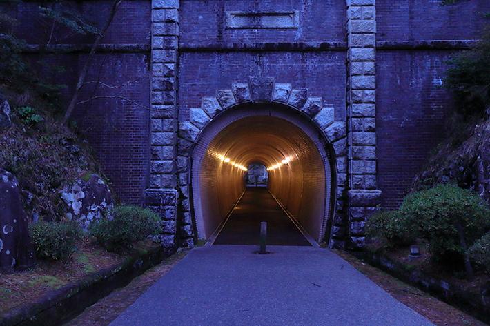 蛍光灯モードで撮った、古いトンネル