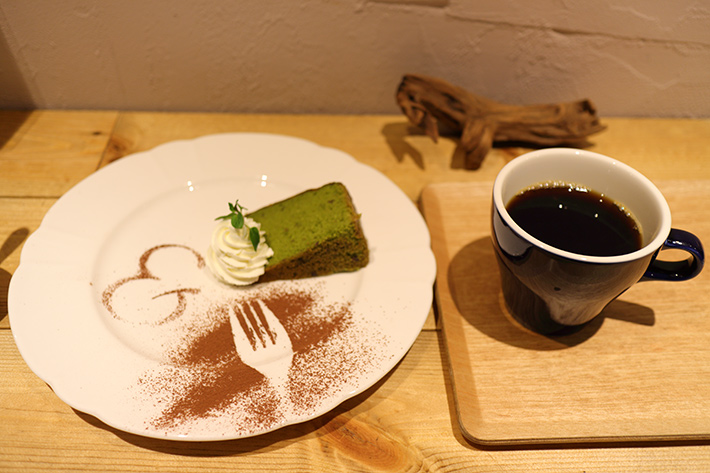 モードで撮ったオートホワイトバランスモードで撮った、カフェのコーヒーとケーキ