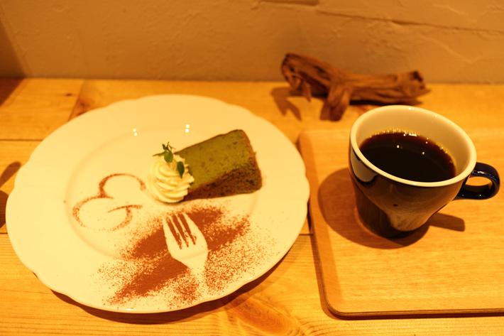 太陽光モードで撮ったカフェのコーヒーとケーキ