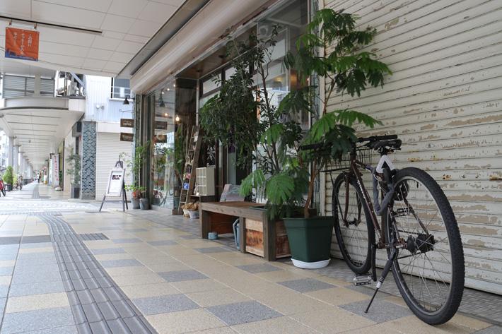 アーケード街の店の前に置いてある自転車