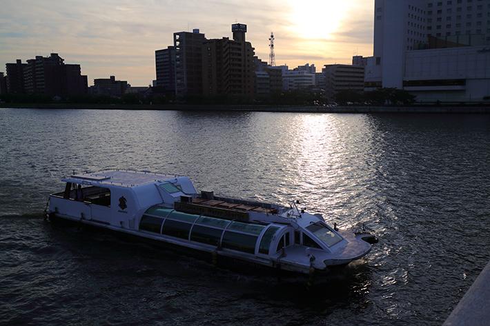 オートホワイトバランスモードで撮った、信濃川の夕焼けに浮かぶボート